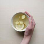 Djup tallrik fylld med ingefära och citron