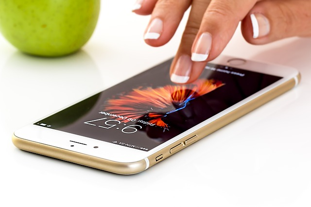 kvinna använder iphone